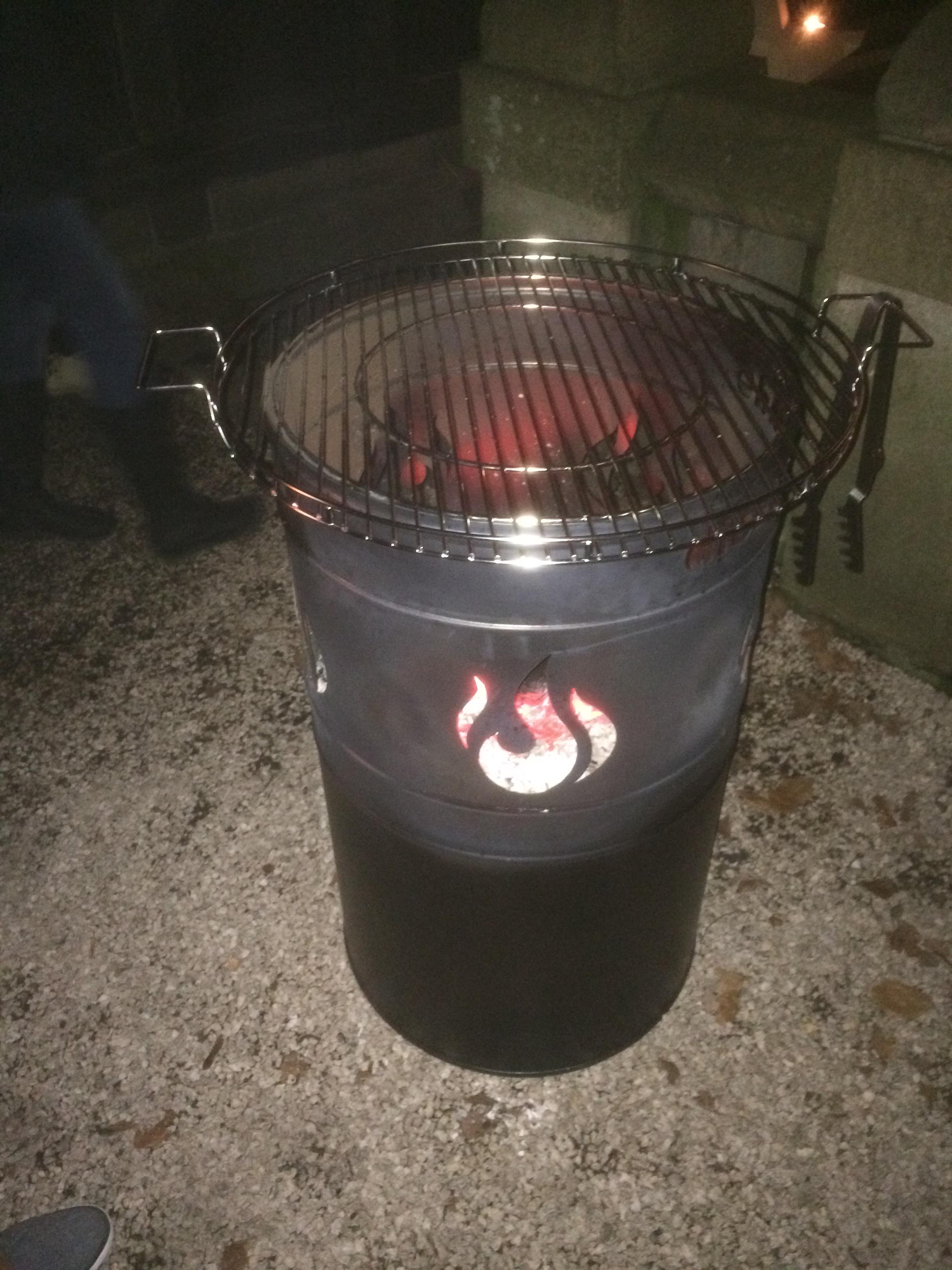 Stahlbude Feuerfass mit Grillrost und Grillzange